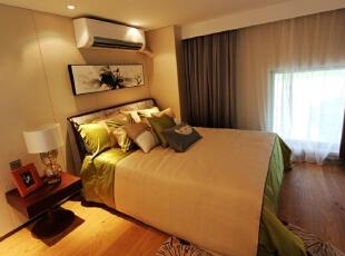 卧室,床头柜没挑好,格格不入,换掉。,