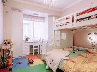 儿童房的设计,主要是考虑5个方面的问题:安全性能、材料环保、色彩搭配、家具选择以及光线。,