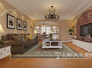 郑州意墅蓝山140平美式乡村装修案例——客厅视角布局,以调色乳胶漆和欧式线条的结合造型营造美式的柔美。,