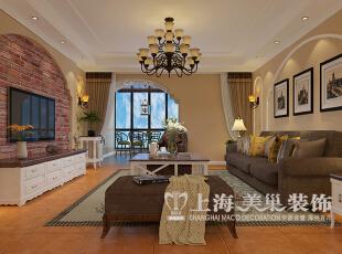 意墅蓝山装修美式140平三室两厅案例——客厅全景,拱形的垭口造型,自然凸起地台,悠闲的摇椅。打造休闲的观景阳台。,