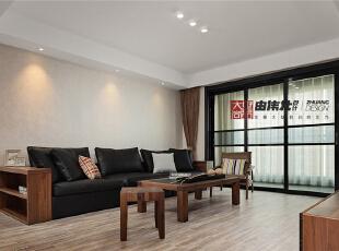 白色的简洁朴素、加上黑色的高雅时尚,不仅能让客厅空间更显开阔,还可以让人在烦嚣中感受白色的纯净。布艺抱枕和木色家具为客厅带来几分暖色。,