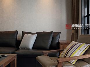 客厅里柔软的沙发坐起来十分舒服呢,
