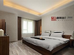 主卧室里简单的实木家具,素色花纹环保墙纸,既简单大方又美观实用,悄然彰显着业主对生活品质的极致追求。,