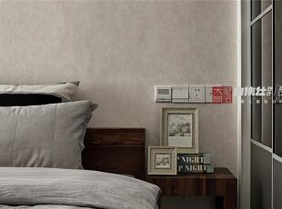 主卧室床头柜特写,伸手就能够到的开关展现出人性化的家居设计,使业主在生活中更方便更舒适是设计的目的之一。,