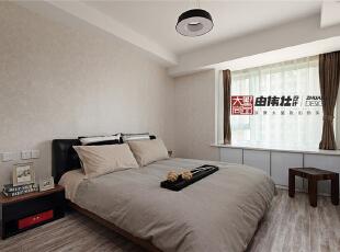 次卧室同样的美观舒适,宽敞的窗户可以很方便的看到外面的楼房。,
