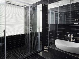 主卧室卫生间采用了黑与白是最经典的搭配,在这样闪亮的卫浴里淋浴,整个人也会清爽很多呢!,