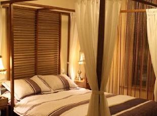 我们以柚木、藤、文化石、黄铜饰品这些纯天然的材料,配以棉麻窗帘和鲜艳装饰品,来打造一个纯粹的东南亚情之居,来还给女主人公一个梦想之家。,