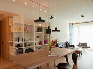 对于空间屋主期待一份回家即放松的自我风格,让居住者的品味、收藏有一落舞台。,