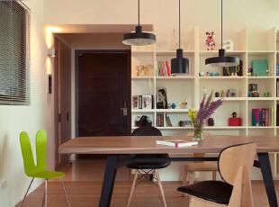 设计师在整体空间以书墙为主体,木作而出的变化线条展示出专属于屋主表情。,