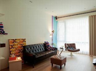「越简单才是越困难」,是设计师对于此案的设计心得。在空间里可见一整片的墙面,轻轻的跳入两道漆色成就沙发背墙或是简约的床头风景。,