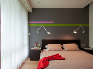 卧室主要以黑白色调搭配,床头的两盏灯是本本设计的一个亮点,背景墙以灰色主打,加带两条色带,很有创意。,