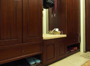 这是完工后的玄关实景照片  这组进门综合柜,柜体是现场制作的,柜门外定的实木柜门,