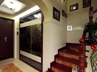这是完工后的玄关实景照片  进户门旁暗藏着玄机,这层卫生间的门被做成了隐形门,看着如一幅金属画,