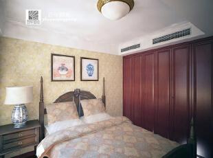 这是设计时画的一楼客卧效果图   在施工前设计阶段,一楼客卧的墙纸已经定好了款式并被画进了效果图让业主结合了会购买的家具进行综合感受,