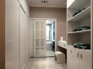 衣帽间层板与地柜组成独特的直顶地,体现了设计为功能服务的理念,