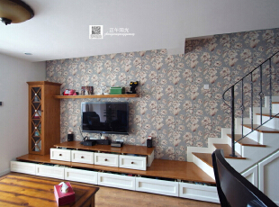 客厅的实景照片  这面墙的很多结构是隐形的抽屉 ,