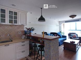 客厅的实景照片  视线里是厨房和餐厅和客厅,