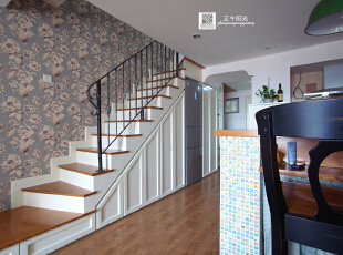 客厅的实景照片  楼梯结构柜作为造型隐形时的样子 ,