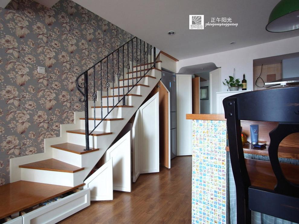 楼梯结构成就了下面的储物柜,柜门为造型隐形状图片