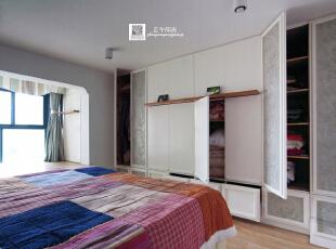 这是卧室的实景照片  这是床对面隐形衣柜打开的样子,