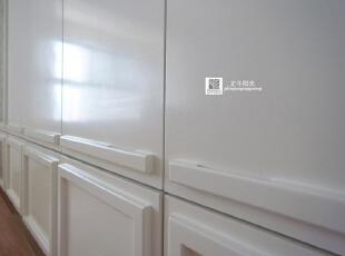 这是卧室的实景照片  为隐形造型柜门安排了拉开门的暗扣手的槽,这样才不会把白门摸脏,细节,细节,还是要注意的细节,