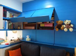 这是客厅实景照片  沙发背后储物柜打开的样子,