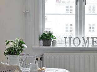 北欧大基色是纯洁白,正如北欧的冰天雪地,阳光对于他们来说最为珍惜,所以窗帘的存在感需要模糊它,两种方法:1与墙同色2百叶。,