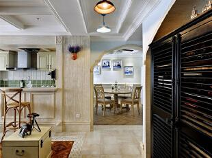 通过与业主的多次沟通,为了营造一个既自然化又时尚的家居室内,除了在空间结构上作调整,又在灯光材质等方面赋予了室内时尚的气质,打造了一个既乡村又时尚的自然化居住环境。,