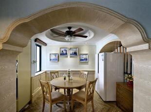整体设计在古典中带有①点随意,摒弃了过多的繁琐与奢华,兼具古典主义的优美造型与新古典主义的功能配备,既简洁明快,又温暖舒适。,