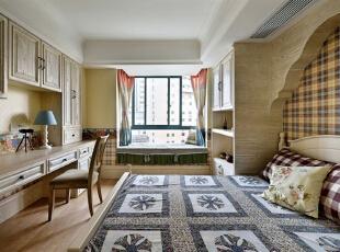 美式家具的最迷人之处还在于造型、纹路、雕饰和色调细腻高贵,耐人寻味处透露亘古而久远的芬芳。一般而言,美式家具必须经过几个阶段的作业才能凸显美式风格。,