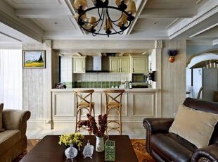 突出了生活的舒适和自由,不论是感觉笨重的家具,还是带有岁月沧桑的配饰,特别是在墙面色彩选择上,自然、怀旧、散发着浓郁泥土芬芳的色彩。,