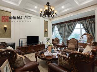 客厅作为待客区域,要求简洁明快,大大的落地窗保证了光线充足,美式木饰桌椅充满了历史感,墙上错落有致的装饰框与之相辉映,使整个客厅环境贵气而不失艺术感。,