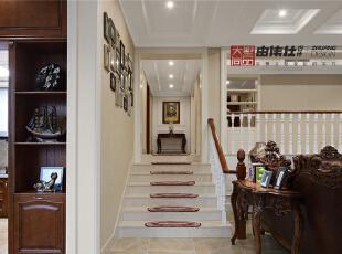 楼梯瓷砖处贴心的铺上了防滑地毯。,