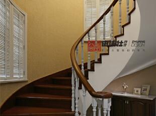 楼梯玄关的小摆饰丰富了整个空间的视觉。,