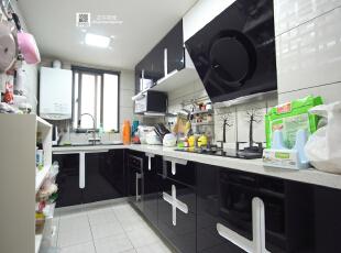 这厨房的实景照片  业主最后选择了黑白十字架的柜门,呵呵,