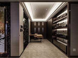 二进式的玄关,设计师以展示与收纳的功能,缓冲着由内入外的隐私,亦可作为办公书房使用。,