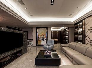 由客厅望向玄关,具有艺术感的华丽景象丰富着留白立面,演绎超凡的居宅品味。,