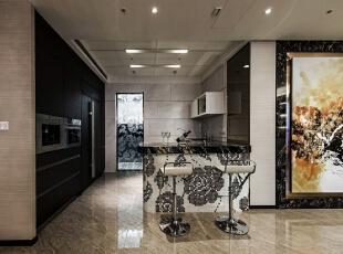 考虑到开放式餐厨的舒适度,厨房分为轻食热炒两段落,轻食区以马赛克拼画的吧台为起点,与餐厅廊道衔接。,