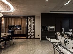 有别于厨房的时尚利落,餐厅与厨房以动线为界,餐厅在雕花造型与镜面框架中,以绷布与展示柜为视觉主景。,