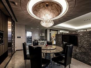 水晶灯与圆形的穹顶造型为重心,在氤氲的光影氛围中,有着接待宾客的大器姿态。,