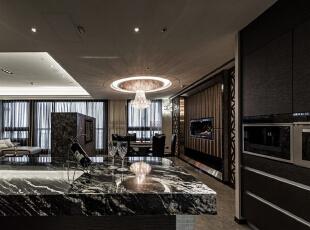 客厅仅以石材构成的电视墙与吧台为段落分界,搭上天花与立面造型的暗喻,在开阔中创造大器安定的格局感受。,