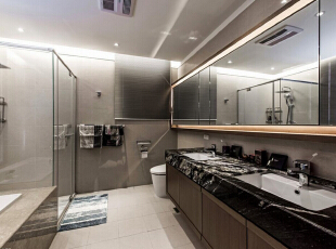 延续暗色石材的纹理表现,双台面的大尺度以简约利落造型带入宽适的淋浴、泡澡功能,