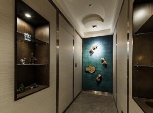 鱼儿悠游的艺术造型为廊道别致的收尾,整合入两间次卧的动线规划,亦透过展示柜体丰富动线表情。,