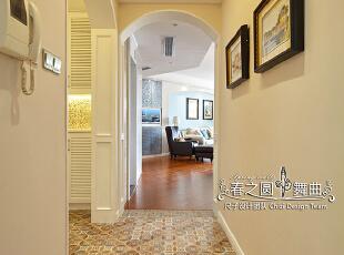 玄关处,在功能布局上,将原先的狭窄小鞋柜改造成了鞋帽间,利用两个拱形门套进行衔接,改善了原本狭小的过道现状,让整个空间变得更加开敞,门厅之间遥相呼应。奶茶色的拼花地砖搭配金色的马赛克,洋溢着朦胧的暖调。,