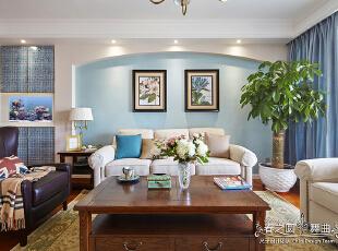 客厅一角,水纹玻璃马赛克与中段鱼缸调皮地契合为一体,趣味性十足,蓝色艺术涂料营造出美式牧歌般清爽、舒适。,