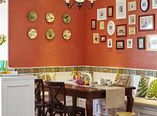 客餐厅是一个连通的空间,仅用小酒吧台做分隔,使空间隔而不断。花鸟挂盘的色彩配合了卡座上的抱枕、陶瓷凉墩,古典的蓝和黄,彰显着格调和品位。闲暇时在这里做做手工、打打牌,也是一段惬意的时光,不是吗?,