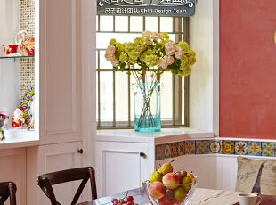 橘红色的艺术涂料提亮了整个室内空间,阳光变换着角度切在玻璃窗上,在窗扉里残留美丽的吟唱。,