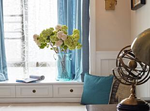 咖色,白色为主调的书房,让整个空间充满了浓浓的书香和暖意,柔和的光线飘洒进来,斜靠在飘窗上,明媚而舒心。,
