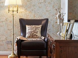 主卧的布置简洁而不单调,没有多余的装饰,整体空间更开敞明亮。,
