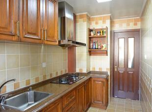 设计说明:厨房墙地砖选择了橘色加棕色样式的砖,暖色调让空间十分温馨,棕色木质整体橱柜,让整个厨房颜色比较统一,整体橱柜的实用性很强,不仅美化空间,也让厨房更加井井有条。,